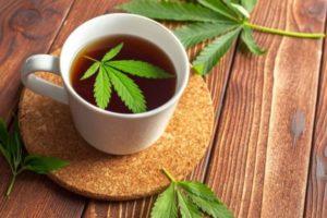 Thee met cannabis blad